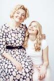 Mère avec la fille posant ensemble le sourire heureux d'isolement sur W Image libre de droits