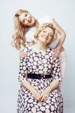 Mère avec la fille posant ensemble le sourire heureux d'isolement sur W Images stock