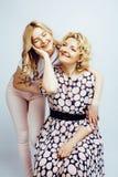 Mère avec la fille posant ensemble le sourire heureux d'isolement sur W Photo libre de droits