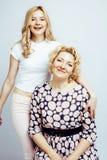 Mère avec la fille posant ensemble le sourire heureux d'isolement sur W Image stock