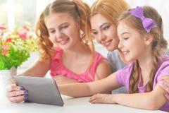 Mère avec la lecture de filles Photo stock