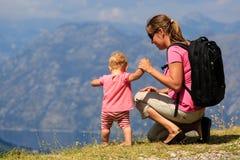 Mère avec la petite fille regardant des montagnes Image libre de droits