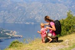 Mère avec la petite fille regardant des montagnes Photo stock