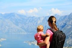 Mère avec la petite fille regardant des montagnes Photographie stock libre de droits