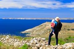 Mère avec la petite fille regardant des montagnes Photographie stock