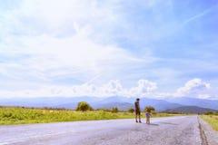 Mère avec la petite fille regardant des montagnes Photos stock