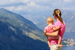 Mère avec la petite fille regardant des montagnes Photo libre de droits