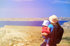 Mère avec la petite fille regardant des montagnes Images libres de droits
