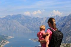 Mère avec la petite fille regardant des montagnes Photos libres de droits
