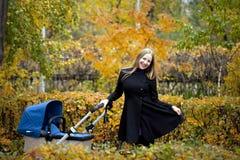 Mère avec la poussette de bébé pour un nouveau-né Images libres de droits