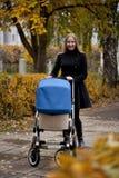 Mère avec la poussette de bébé pour un nouveau-né Image libre de droits