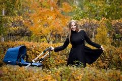Mère avec la poussette de bébé pour un nouveau-né Image stock