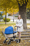 Mère avec la poussette de bébé pour un nouveau-né Photographie stock