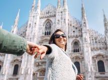 Mère avec la prise de fils avec des mains et la course ensemble à Duomo di Mil Images libres de droits