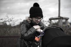 Mère avec la voiture d'enfant Photographie stock libre de droits