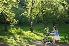 Mère avec la voiture d'enfant photo libre de droits