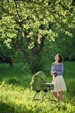Mère avec la voiture d'enfant Images libres de droits
