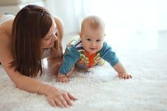 Mère avec le bébé Photos stock