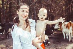 Mère avec le bébé dans les bois images stock