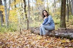 Mère avec le bébé de fille dans la forêt d'automne Photo libre de droits