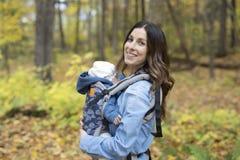Mère avec le bébé de fille dans la forêt d'automne Photo stock