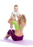 Mère avec le bébé faisant la gymnastique Image libre de droits