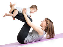 Mère avec le bébé faisant la gymnastique et la forme physique Photographie stock