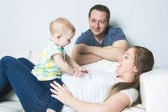 Mère avec le bébé sur le sofa prenant du bon temps Image libre de droits
