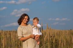 Mère avec le bébé un jour ensoleillé Photos libres de droits