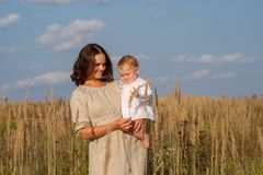Mère avec le bébé un jour ensoleillé Images libres de droits