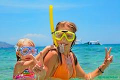 Mère avec le bain d'enfant sous-marin avec l'amusement en mer Photos libres de droits