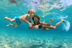 Mère avec le bain d'enfant sous-marin avec l'amusement en mer Images libres de droits