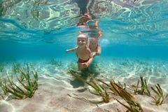 Mère avec le bain d'enfant sous-marin avec l'amusement en mer Photographie stock