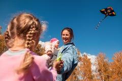 Mère avec le cerf-volant image libre de droits