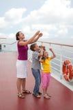 Mère avec le cerf-volant du lancement des enfants du paquet Images stock