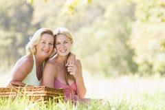 Mère avec le descendant adulte sur le pique-nique Photo libre de droits