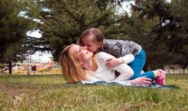 Mère avec le descendant ayant l'amusement Photos stock