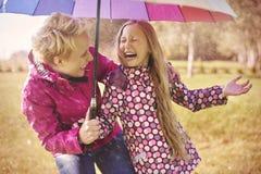 Mère avec le descendant en automne Photographie stock libre de droits
