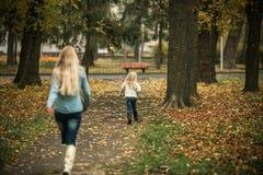 Mère avec le descendant en stationnement d'automne Image libre de droits