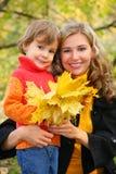 Mère avec le descendant en stationnement d'automne photos libres de droits