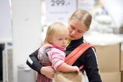Mère avec le descendant shoping dans le supermarché Photographie stock libre de droits
