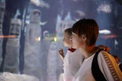 Mère avec le fils à l'oceanarium Images stock