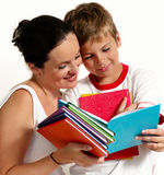 Mère avec le fils affichant le livre Photographie stock