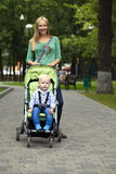 Mère avec le fils de deux ans en parc d'été Photo stock