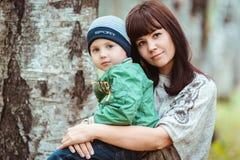 Mère avec le fils en parc d'automne photographie stock