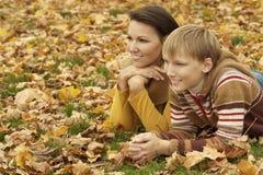 Mère avec le fils en parc d'automne Photos libres de droits