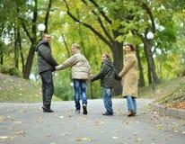 Mère avec le fils en parc d'automne Image libre de droits