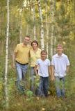 Mère avec le fils en parc d'automne Photographie stock libre de droits