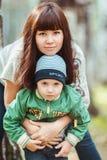 Mère avec le fils en parc d'automne, famille heureuse photographie stock libre de droits