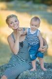 Mère avec le fils en parc marchant ensemble et temps enjouing dépensant happyly Image stock